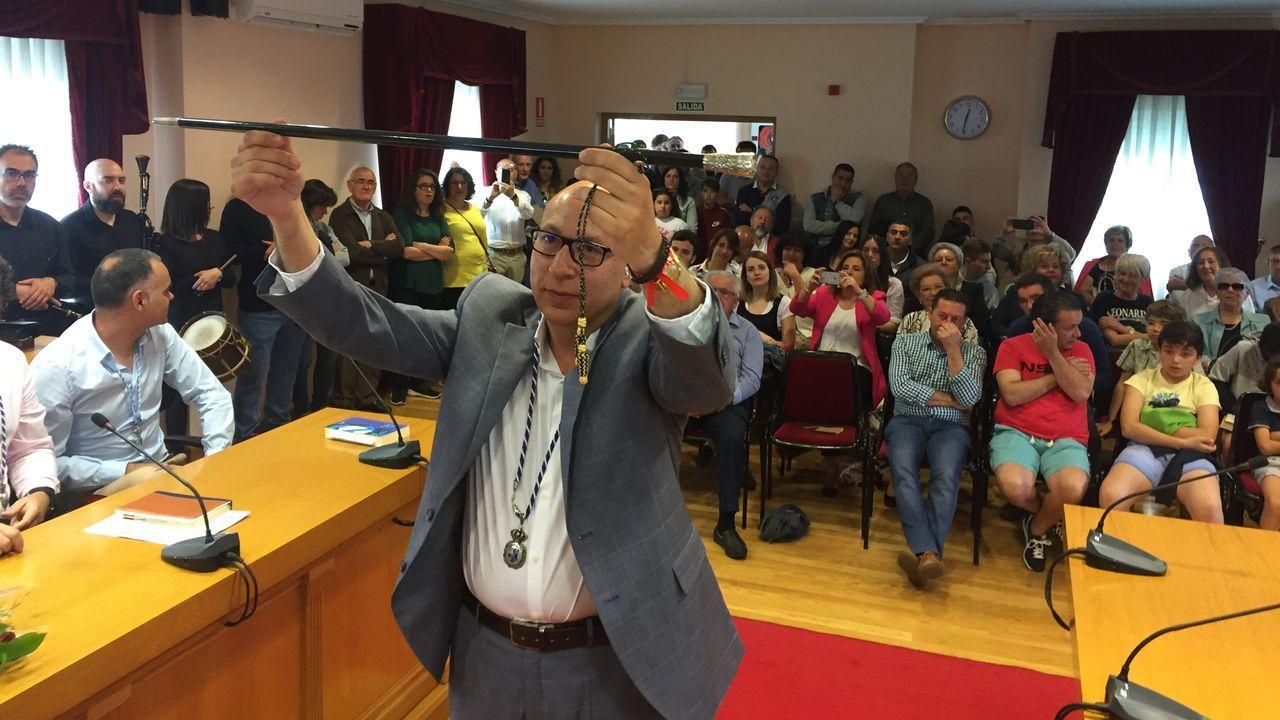 Jesús Vázquez, en primer término, mientras en las bancadas de Democracia Ourensana los fotógrafos inmortalizan al nuevo alcalde