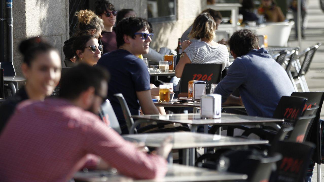 El Primero de Mayo en Compostela.Clientes en las terrazas de Vigo