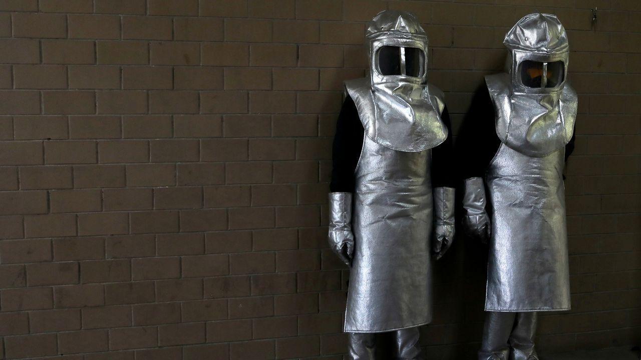 En el crematorio de Nezahualcoyotl, en Ciudad de México, los trabajadores utilizan trajes especiales