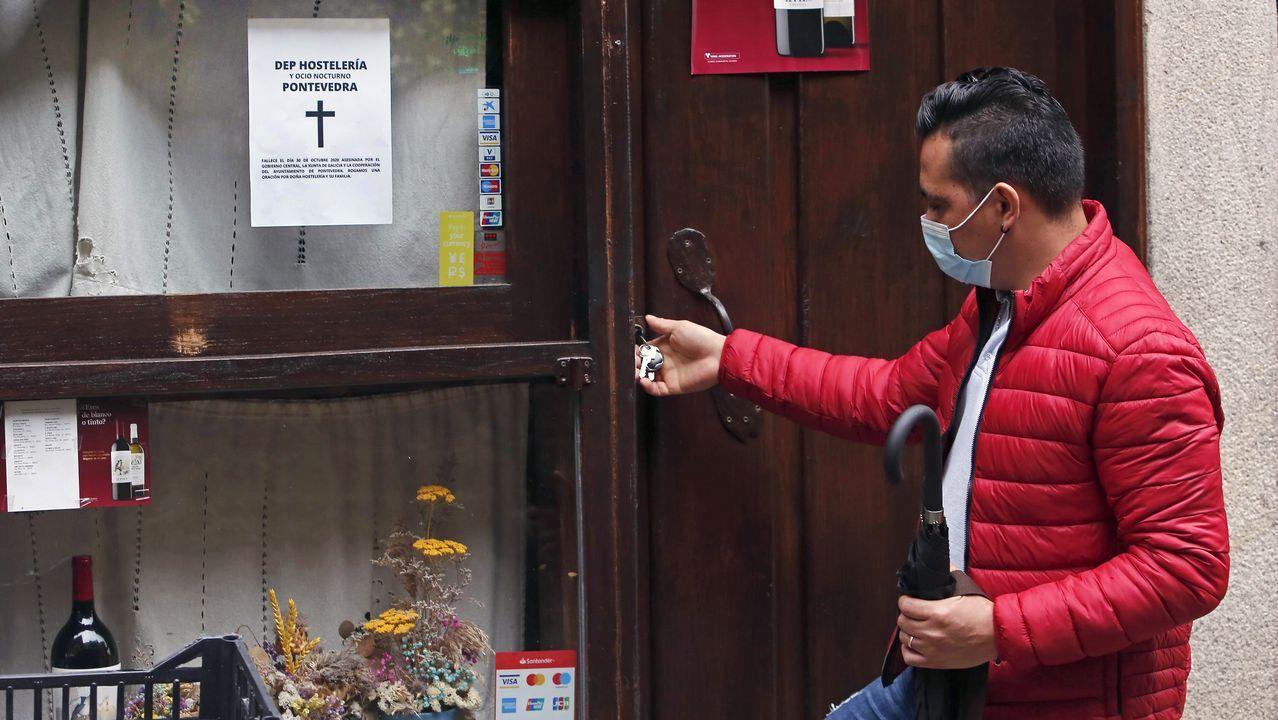 Hosteleros de Pontevedra han puesto esquelas para protestar por las restricciones