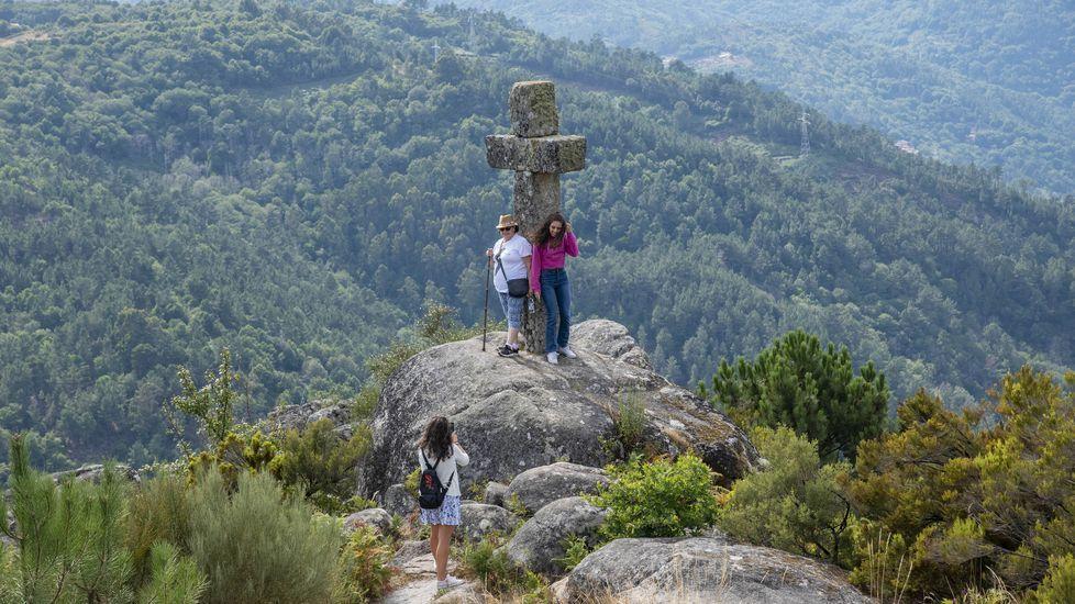 Turistas este verano en el mirador de Pena da Cruz (Pantón)
