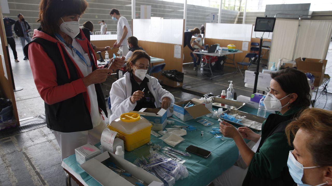 Colas para vacunarse contra el covid en Pontevedra.La vacunación masiva contra el covid continuó ayer en el recinto ferial de Pontevedra. En la imagen, personal preparando los viales