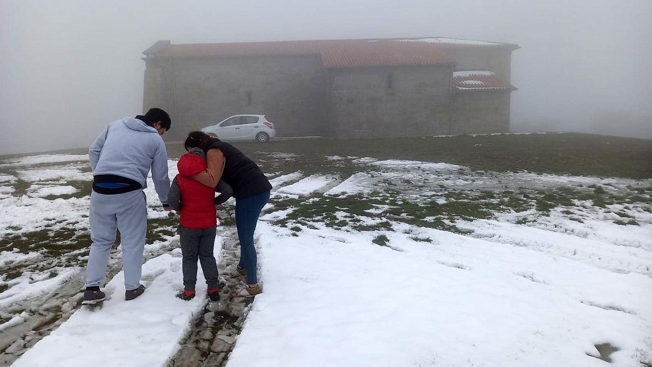 La nieve volvió a cubrir hoy el entorno del conocido santuario de Nosa Señora do Faro