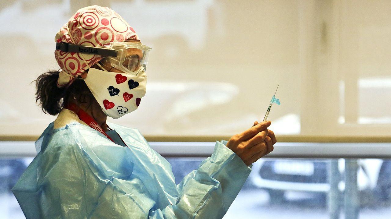 Olga Parro en su primer día de la vacuna anticovid en Vigo