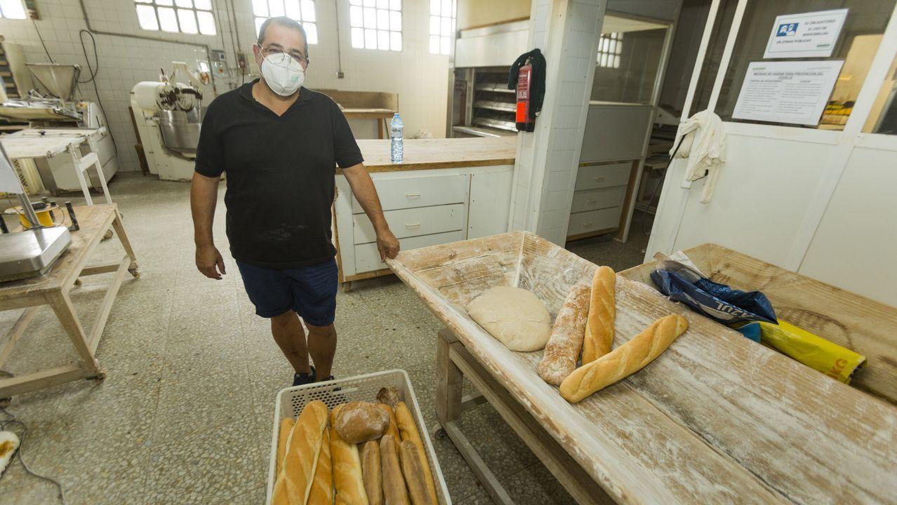 Sanitarios saliendo a responder al aplauso diario en el Hospital Virxe da Xunqueira