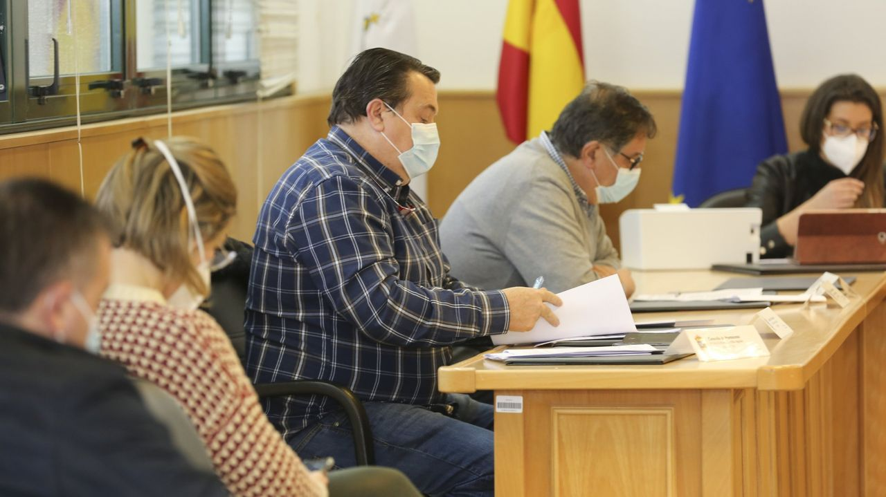 Pelamios, en imágenes.Daniel García, con camisa de cuadros, en un pleno del Concello de Ponteceso
