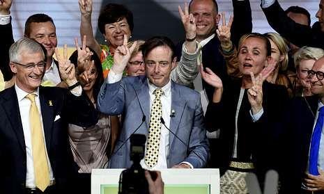 Bart de Wever (en el centro) celebra con su equipo el éxito electoral del separatismo flamenco.