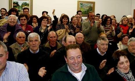 Antelo recibió abrazos y el apoyo directo de centenares de vecinos que abarrotaron el Concello.