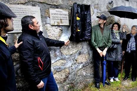 Amarillo Cans, el tercer día en fotos.Una placa en el torreiro de Cans recuerda ya a Juan y Serafín.