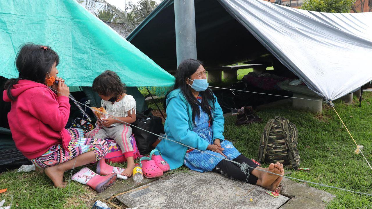 Una familia indígena en un campamento de Bogotá