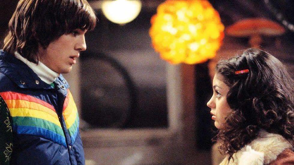 Ashton Kutcher y Mila Kunis se conocieron, muy jóvenes, rodando la serie «Aquellos maravillosos 70» en 1998, no sería hasta 2012 cuando su amor se hiciera oficial fuera de la pantalla. Ya han tenido un hijo y acaban de casarse en secreto hace unos días.