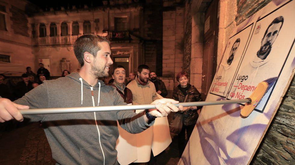 Pegada de carteles del BNG en Lugo