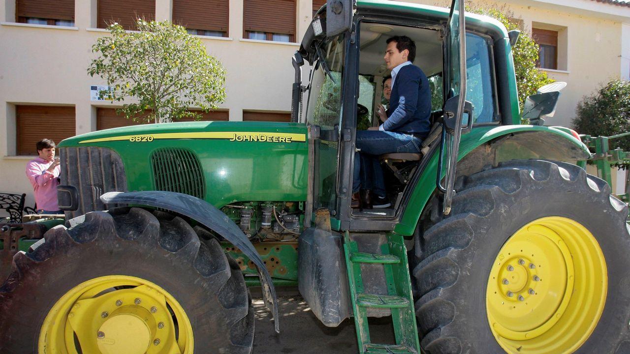 Albert Rivera se sube a un tractor en Guadalajara