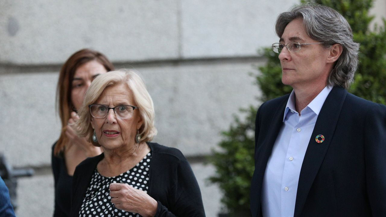 Marta Higueras, a la derecha, con Manuela Carmena