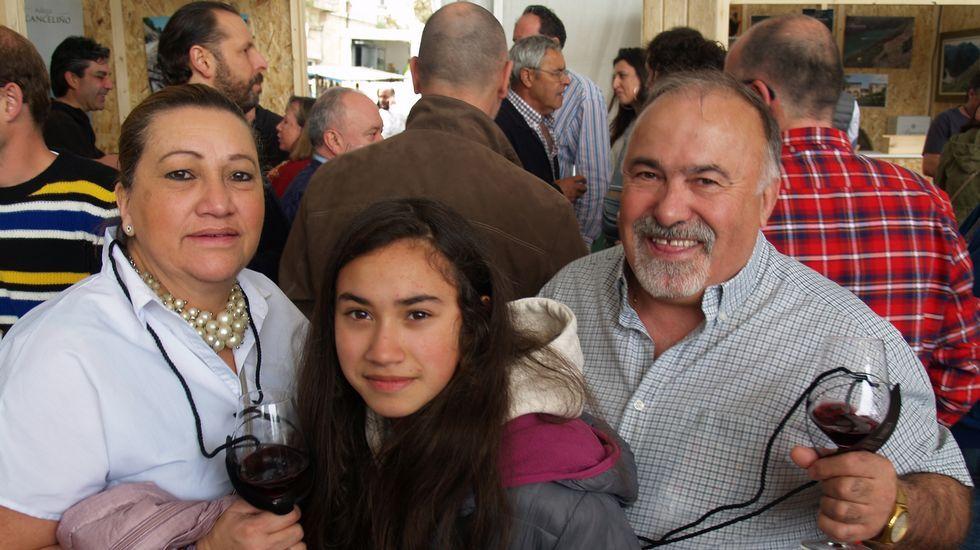 Un grupo de visitantes se retrata con el  Marco do Amandi  para participar en un sorteo organizado por el Ayuntamiento de Sober