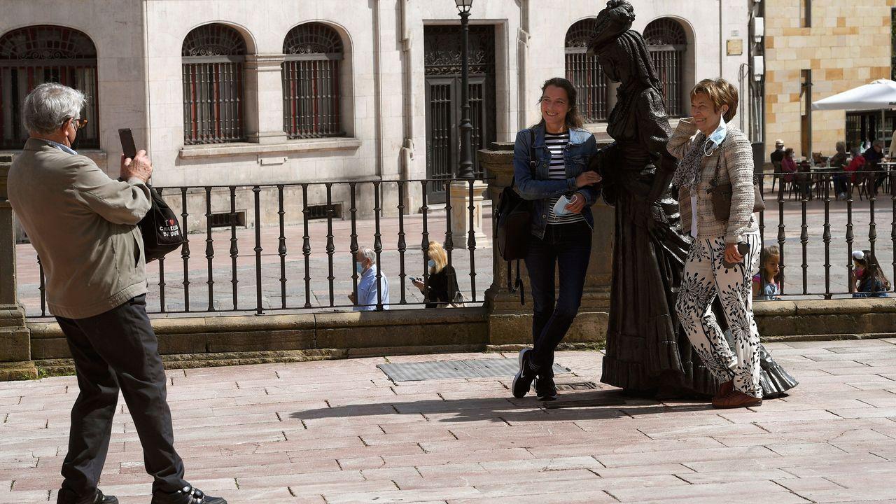 Un grupo de turista se hace una foto en la plaza de la Catedral de Oviedo