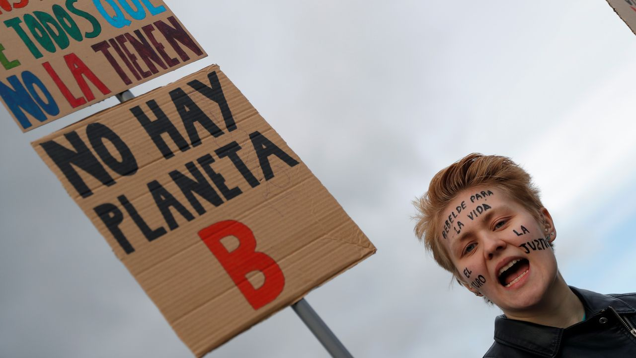 Sostenible Navidad en la Diputación.Un activista de Extinction Rebellion llevó un camión cargado de estiércol hasta la cumbre