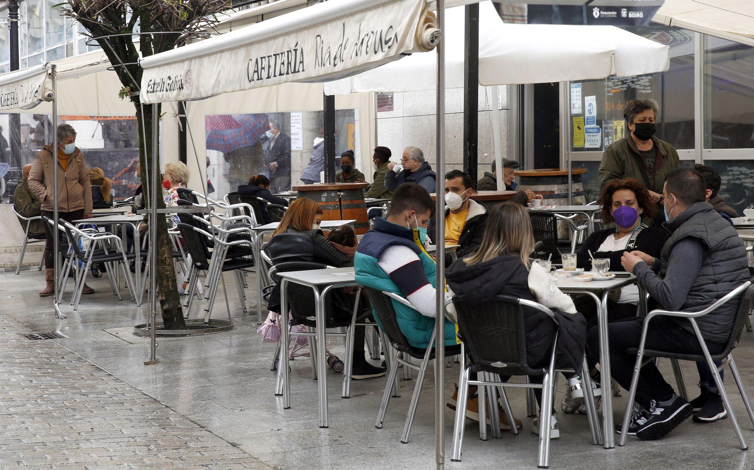 A partir del lunes, los establecimientos hosteleros de Boiro solo podrán servir consumiciones en la terraza