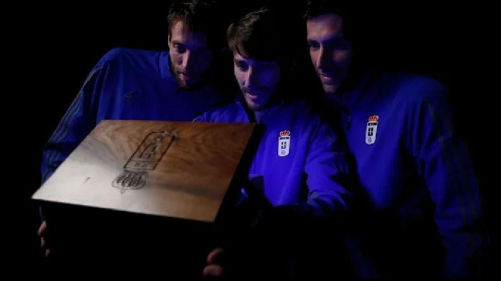 Michu, Jon Erice y David Fernández en el spot de la campaña de Navidad del Real Oviedo