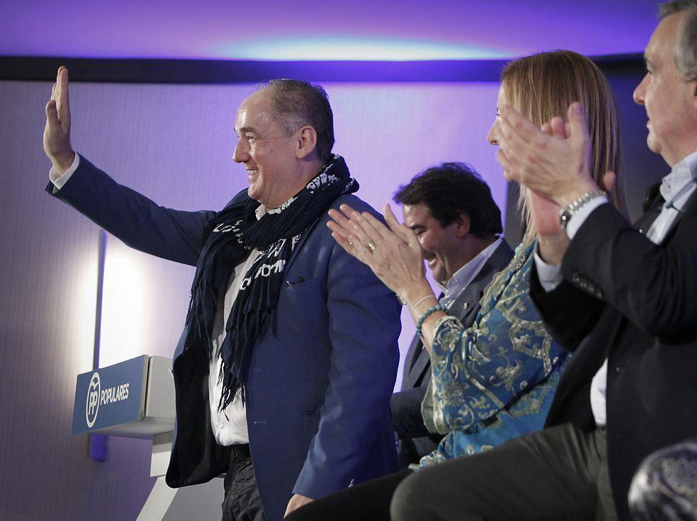 Miguel Lorenzo, saludando a los asistentes a la presentación.