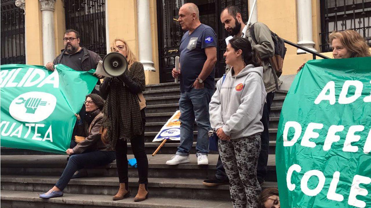 Resoonsables de SUATEA intervienen durante la concentración de interinos docentes en Oviedo