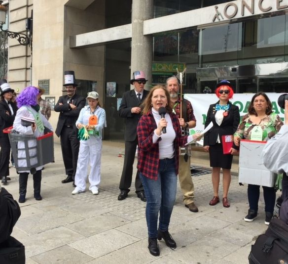La protesta contra el tratado de comercio se sumó a la sanitaria.