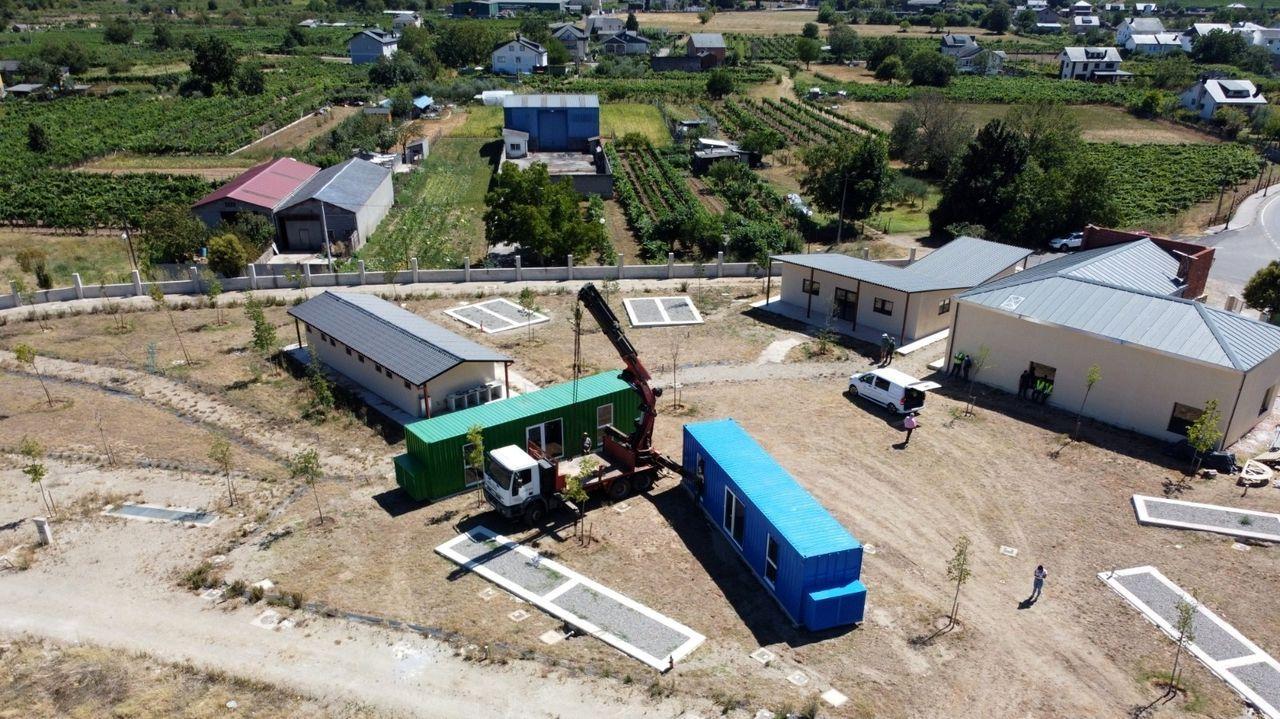 En el recinto del futuro cámping de San Clodio se instalaron esta semana dos bungalós prefabricados