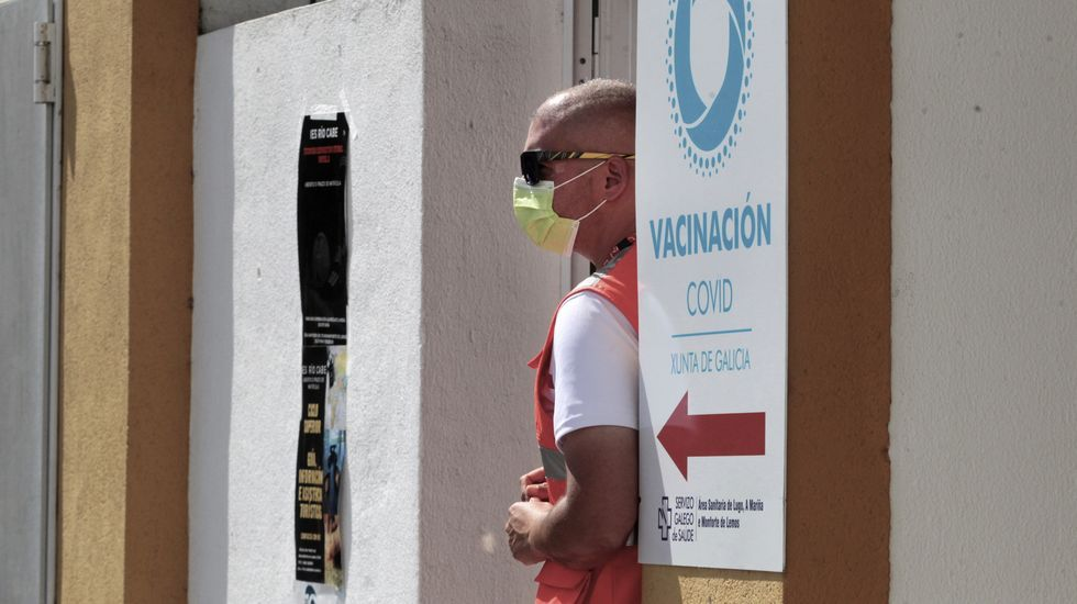 Un voluntario de la Cruz Roja, en la puerta del centro de vacunación de Monforte