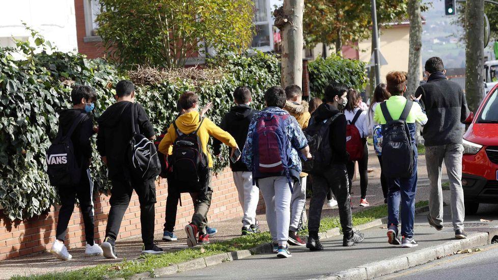 Alumnos a la salida de un colegio en España