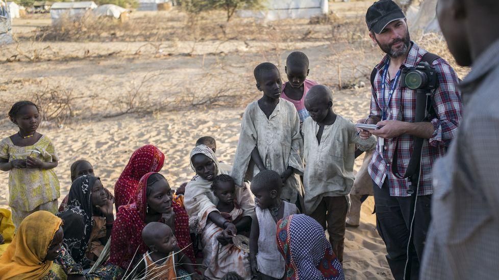 Xavier Aldekoa durante la realización del reportaje en la frontera de Chad y Nigeria.