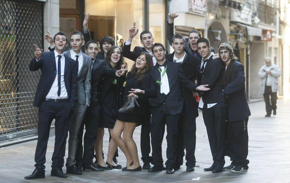 Un grupo de amigos en Fin de Año fotografiados a primera hora de la mañana.