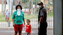 Personas sin hogar llegan al estadio de fútbol Mangueirão como medida de prevención contra el coronavirus, en la ciudad brasileña de Belém do Pará