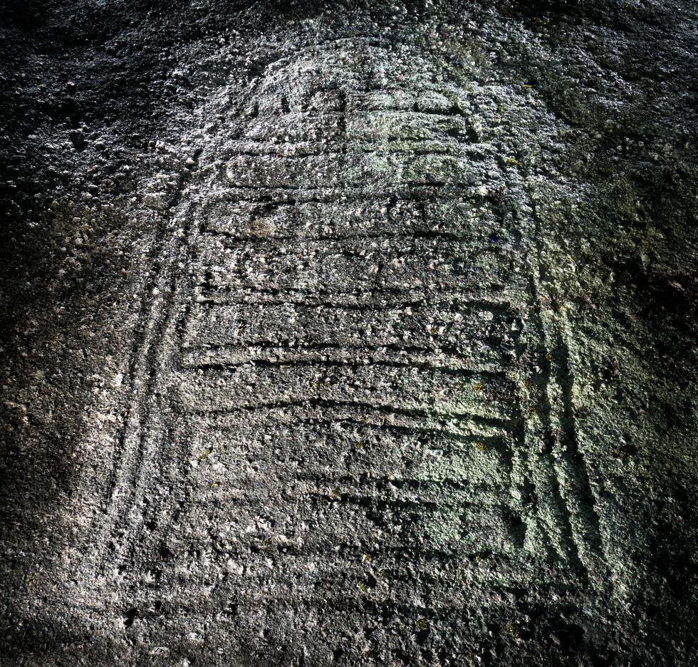Los caminantes de la nueva andaina «Coñece a Costa da Morte», ante el Concello de Corcubión.La Pedra da Cabirta pesa entre 50 y 60 toneladas y su margen de oscilación es de unos 15 centímetros.