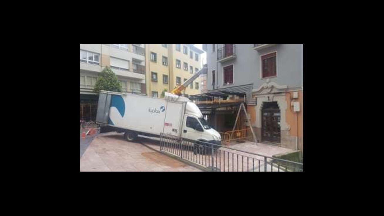 Un camión de reparto bloquea el paso en la calle Indalecio Prieto