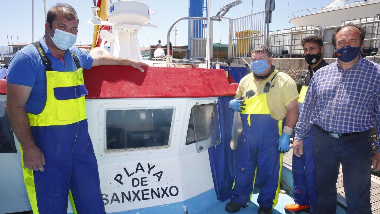 Sauro Martinez, patrón del barco, junto a su tripulación