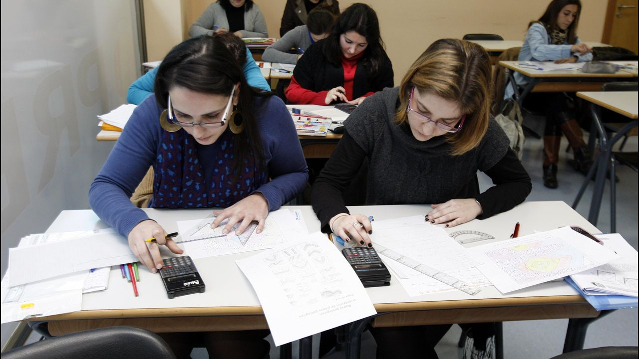 Dos aspirantes preparan el examen de oposición en una academia de Santiago