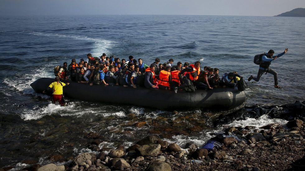 Nuevo naugrafio en las costas libias.Un bote lleno de refugiados llegando a Lesbos el 18 de abril.