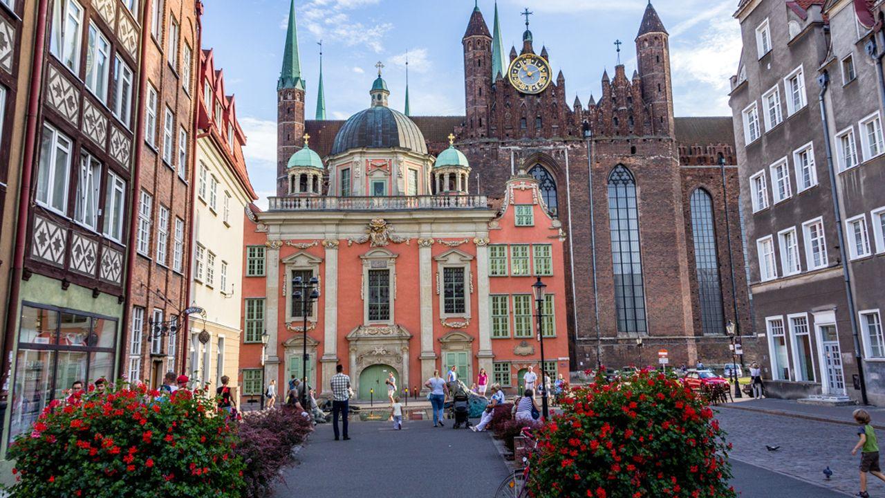 El abogado de Puigdemont, Gonzalo Boye, tuvo que presentar su documentación en el registro como le ordenó una funcionaria de la Junta Electoral.Gdansk