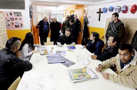 El arzobispo Julián Barrio departió durante la mañana con los usuarios del centro Vieiro.