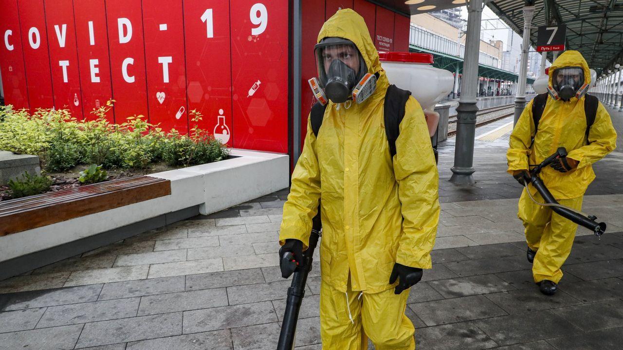 Operarios en una campaña de desinfección del virus en Moscú