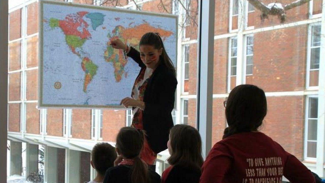 Sara Parcero dando clases de español a alumnos del colegio. Se trata de una de las actividades que debía hacer para completar su currículo