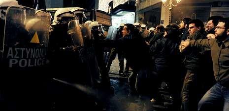 Antidisturbios dispersan con gas pimienta a los manifestantes que tratan de romper el bloqueo hacia el el lugar de la ceremonia.