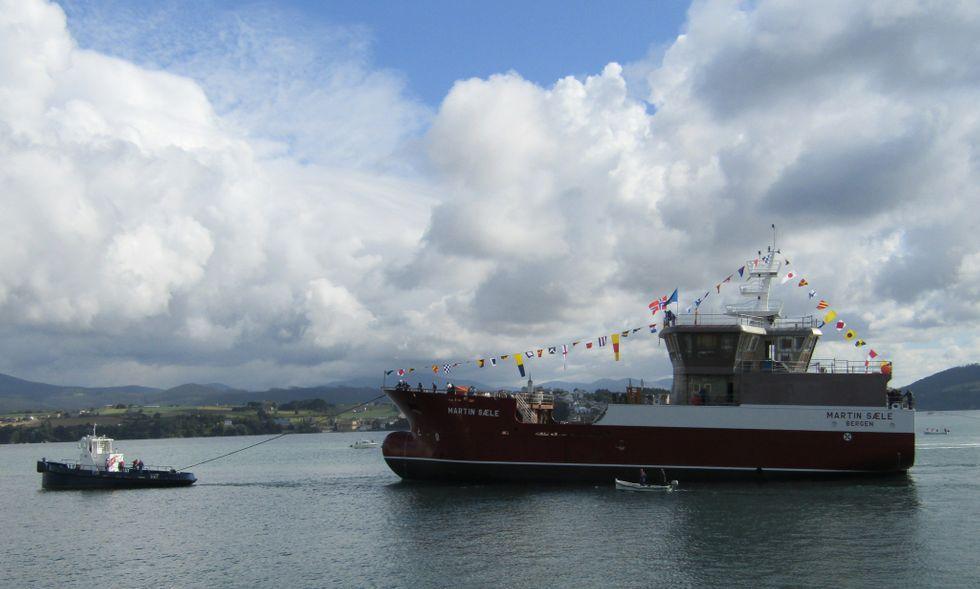 Barco para el transporte de peces vivos botado por Gondan.Un trabajador de Asturfeito