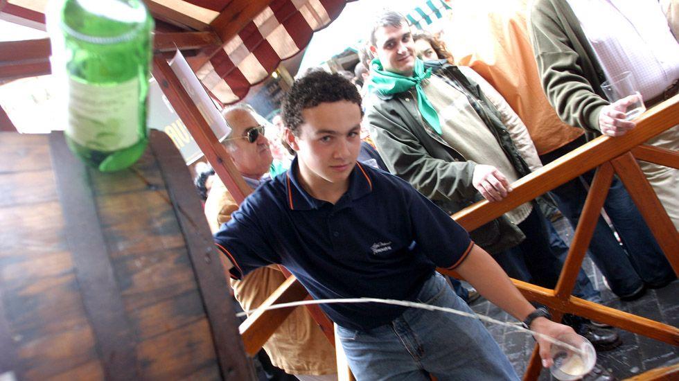 El alcalde de Oviedo, Wenceslao López, y el consejero de Educación, Genaro Alonso, ambos en el centro presentan los proyectos de los institutos de La Florida y La Corredoria.Festival de la sidra en Gascona