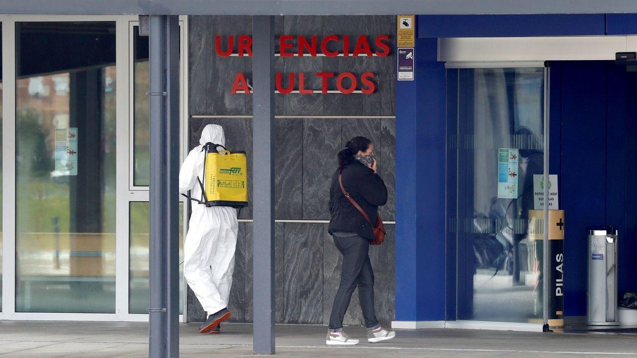 Un grupo de pasajeros consulta los vuelos en el Aeropuerto de Asturias.Trabajos de desinfección en el Hospital Universitario Central de Asturias (HUCA). ARCHIVO