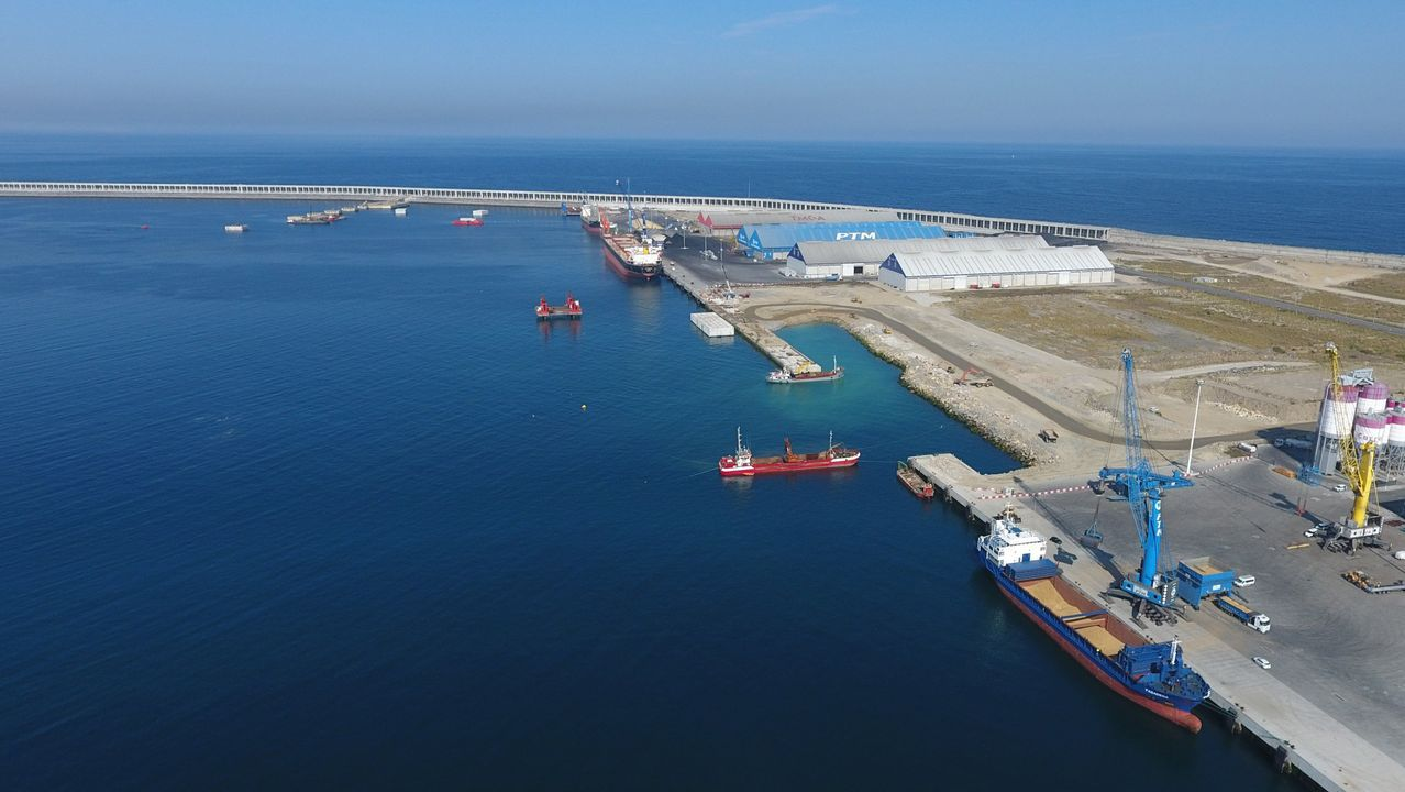 Temporal en el puerto de Viavelez.Obras nuevo dique petrolero de Repsol en el puerto exterior.
