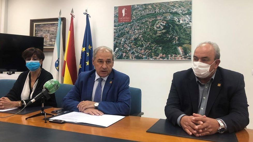 Recogida de la aceituna en el municipio de Quiroga.El alcalde, José Tomé, en el centro durante la presentación de las ordenenzas fiscales