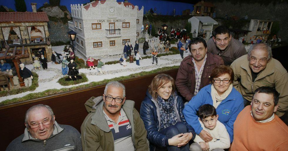 Una imagen del espectáculo de «The Hole».Mari Carmen Castiñeiras -tercera por la izquierda- junto al equipo que hace posible, año tras año, el sueño del Belén.
