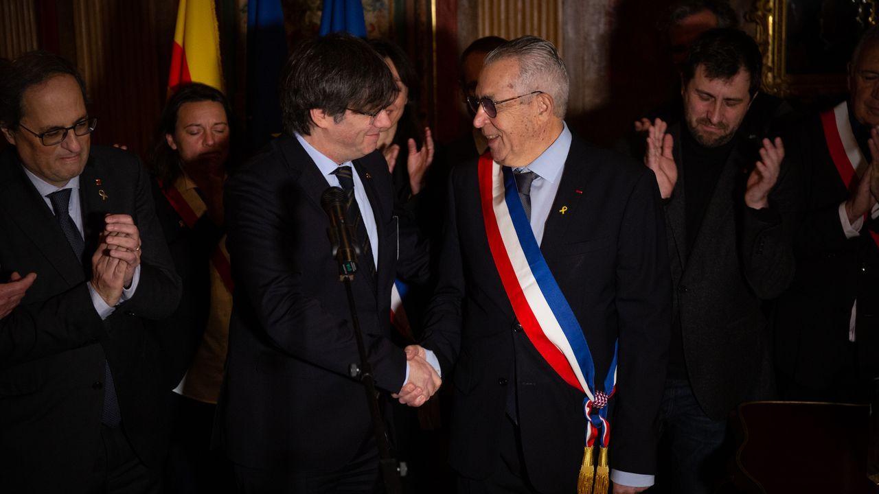 El alcalde de Perpiñán, Jean-Marc Pujol, de origen catalán y que comulga con la causa independentista, saluda a Puigdemont