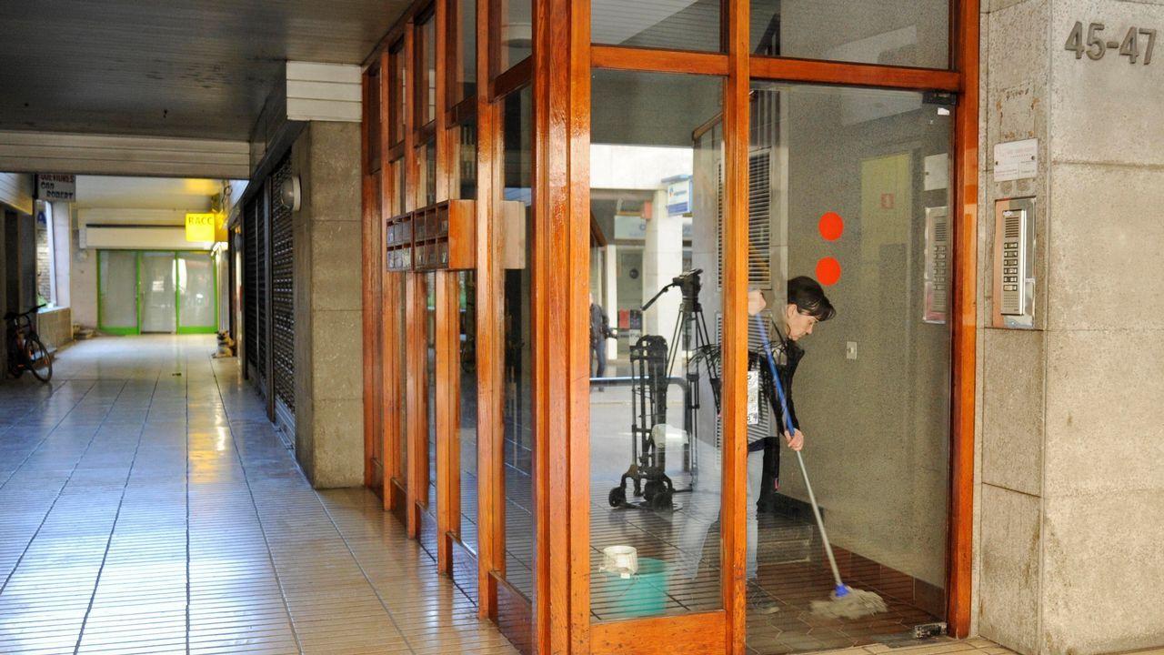 Portal del edificio donde fue hallada muerta una mujer de 53 años, en la localidad gerundense de Bañolas